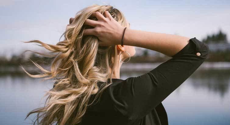Как уложить волосы плойкой