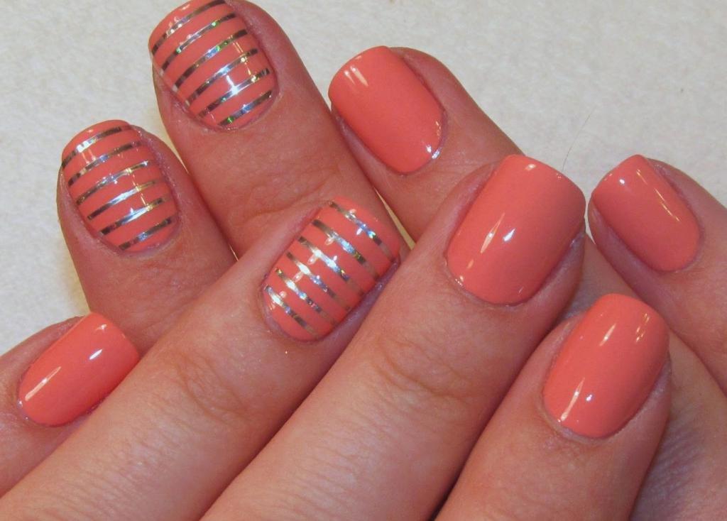 Полосы на коралловых ногтях