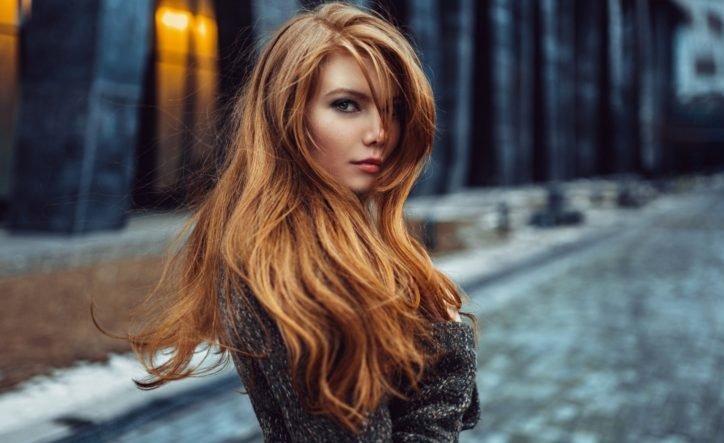 медно-русые волосы