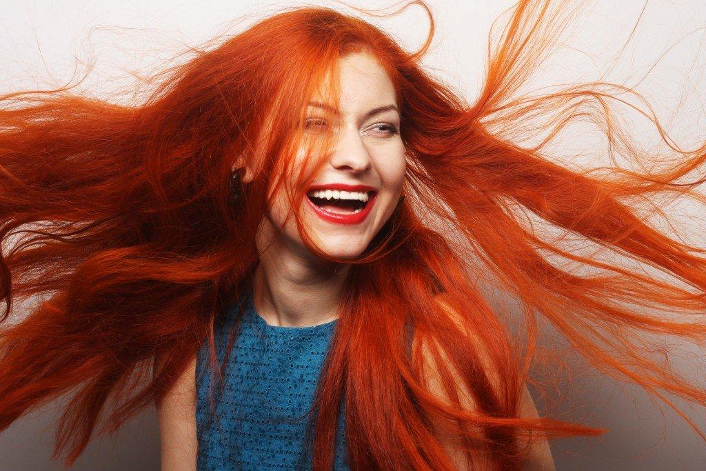 гранатово-красные волосы