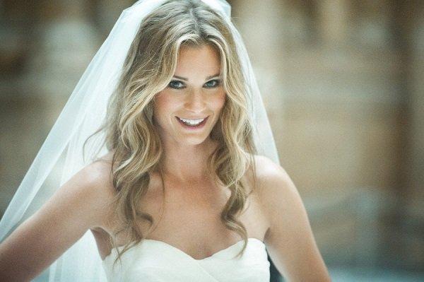 прическа свадебная с распущенными волосами и фатой