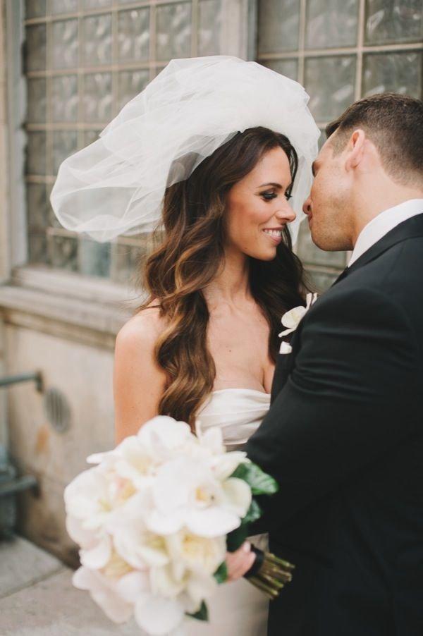 распущенные волосы на свадьбу с фатой