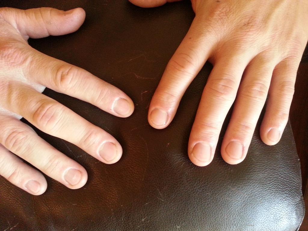 Мужские руки с маникюром