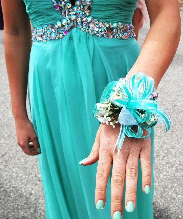 Выпускное платье с бирюзовым маникюром