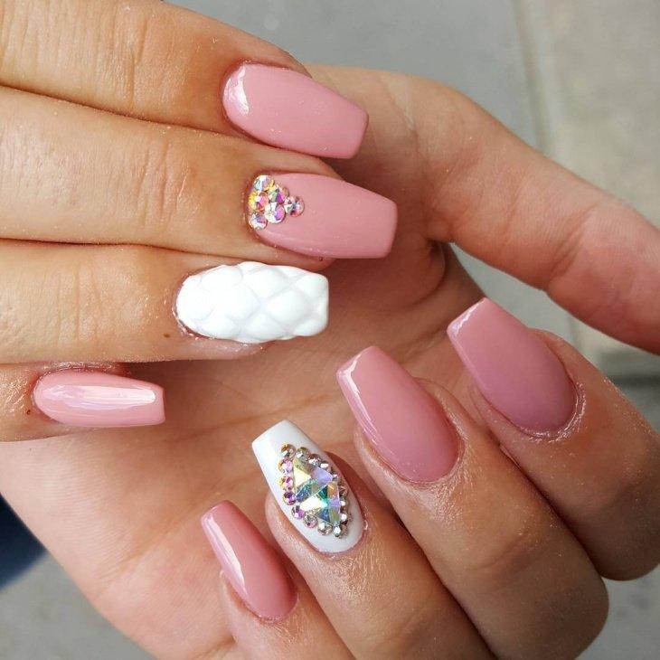 Пудровые ногти со стразами