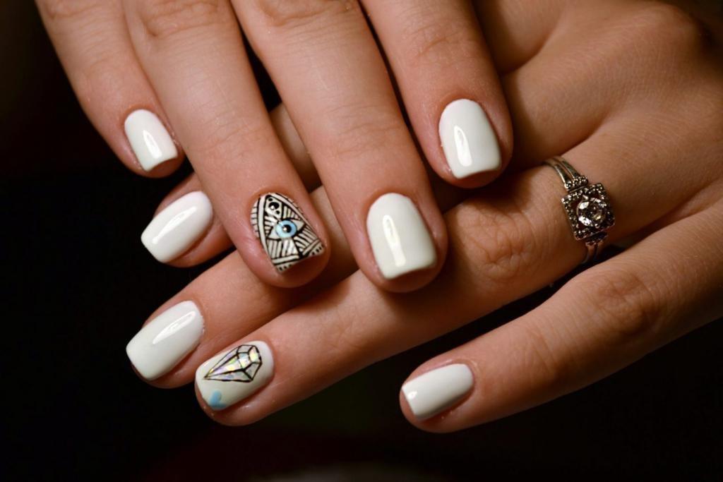 белые ногти с рисунком