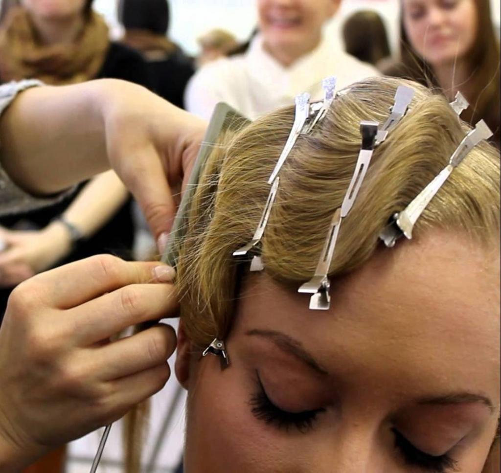 Укладка для кудрявых волос в стиле ретро