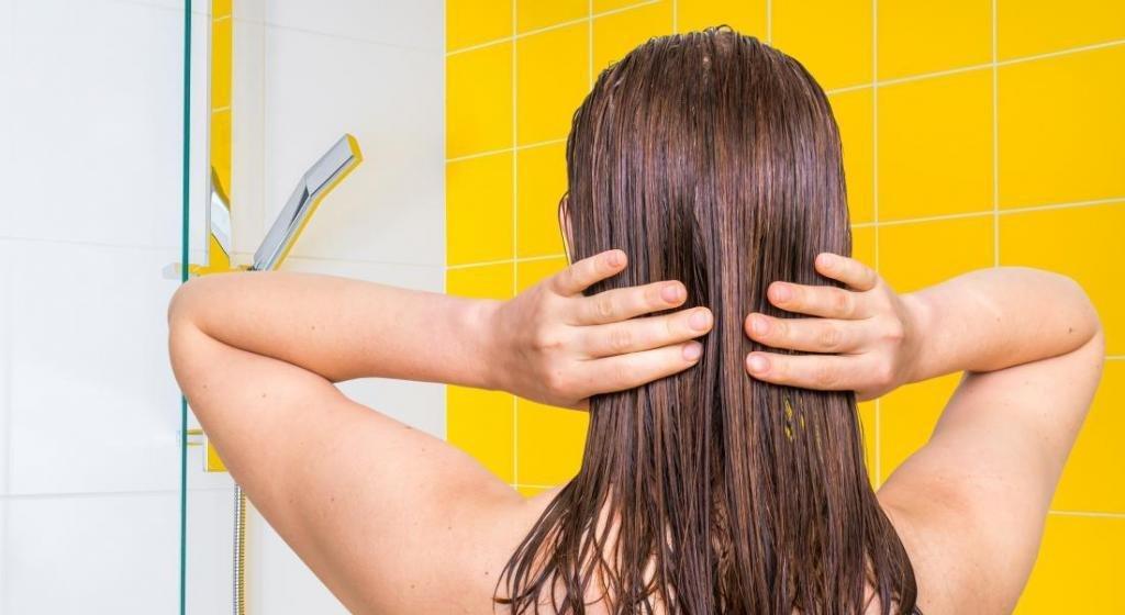 увлажнить сухие и ломкие волосы
