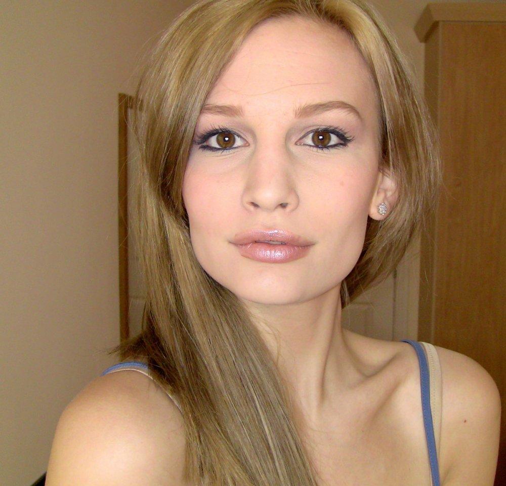 золотистый цвет волос для карих глаз