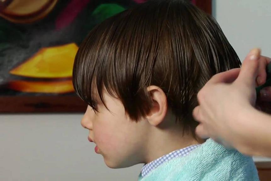 Мальчику делают стрижку