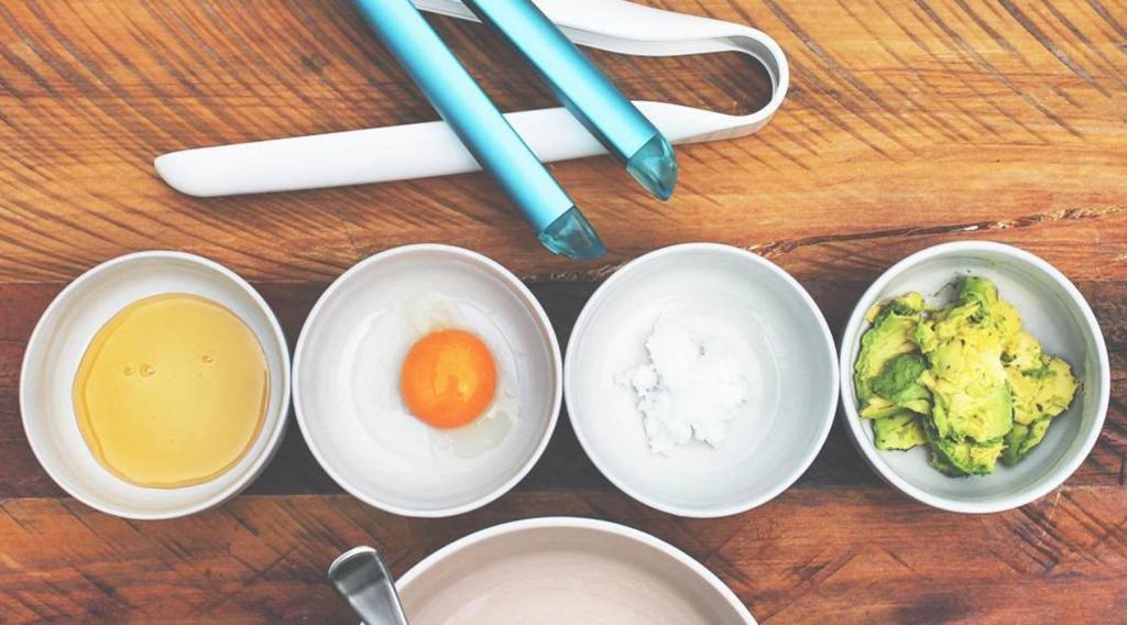 масло и яйцо в чашках