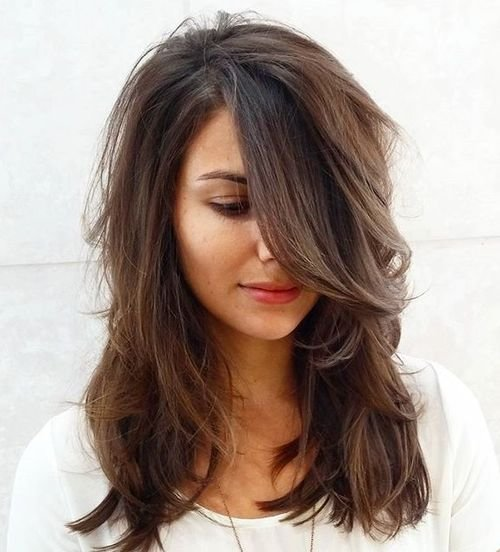 Модная стрижка на среднюю длину волос с челкой