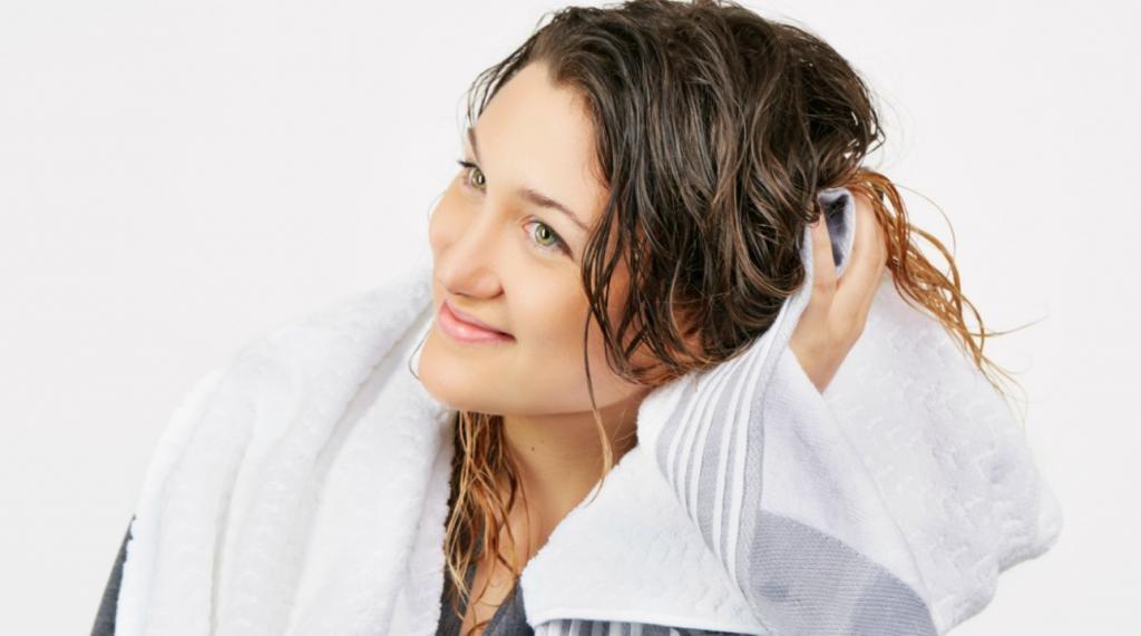 девушка вытирает волосы