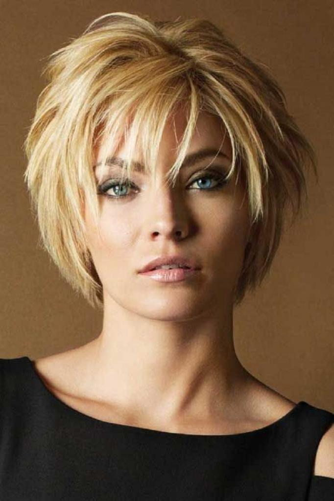 Женская прическа на коротких волосах
