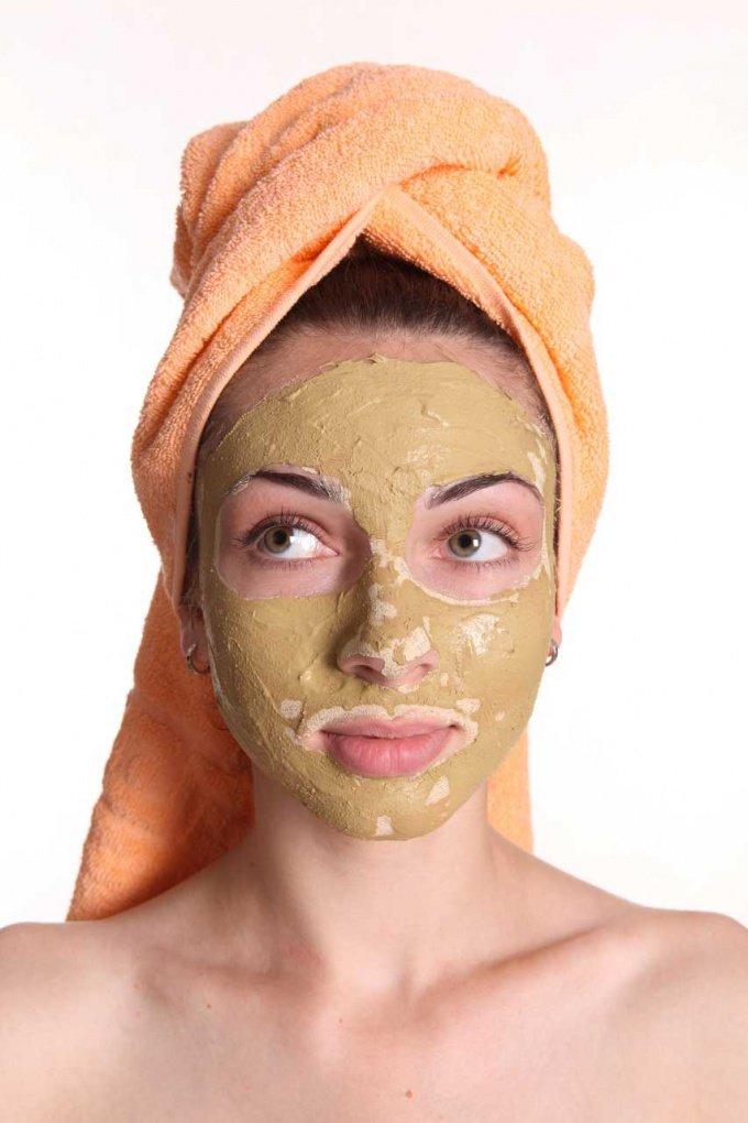 Проще всего чистить лицо при помощи очищающих масок