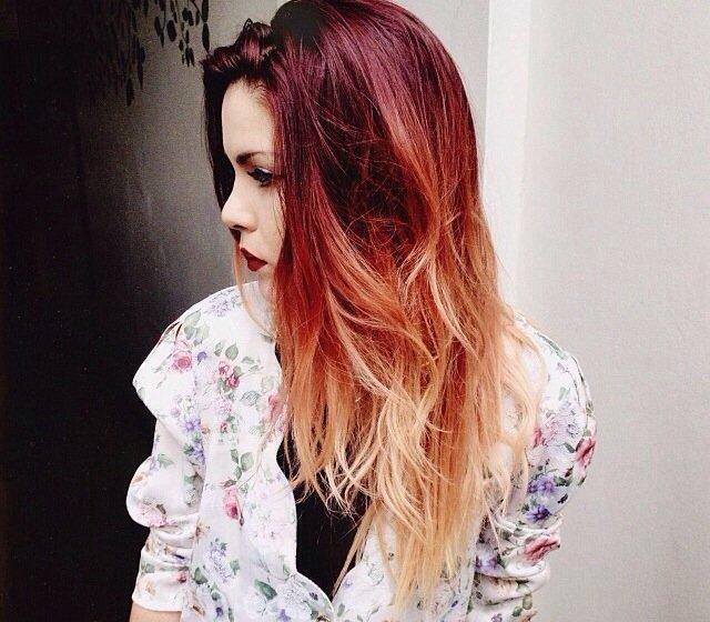 цветные пряди на темных длинных волосах