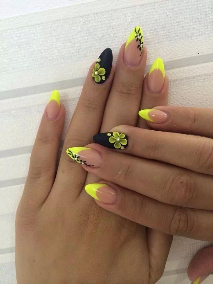 Яркий маникюр с желтым