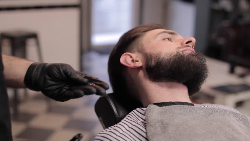 Мастер подстригает мужчину