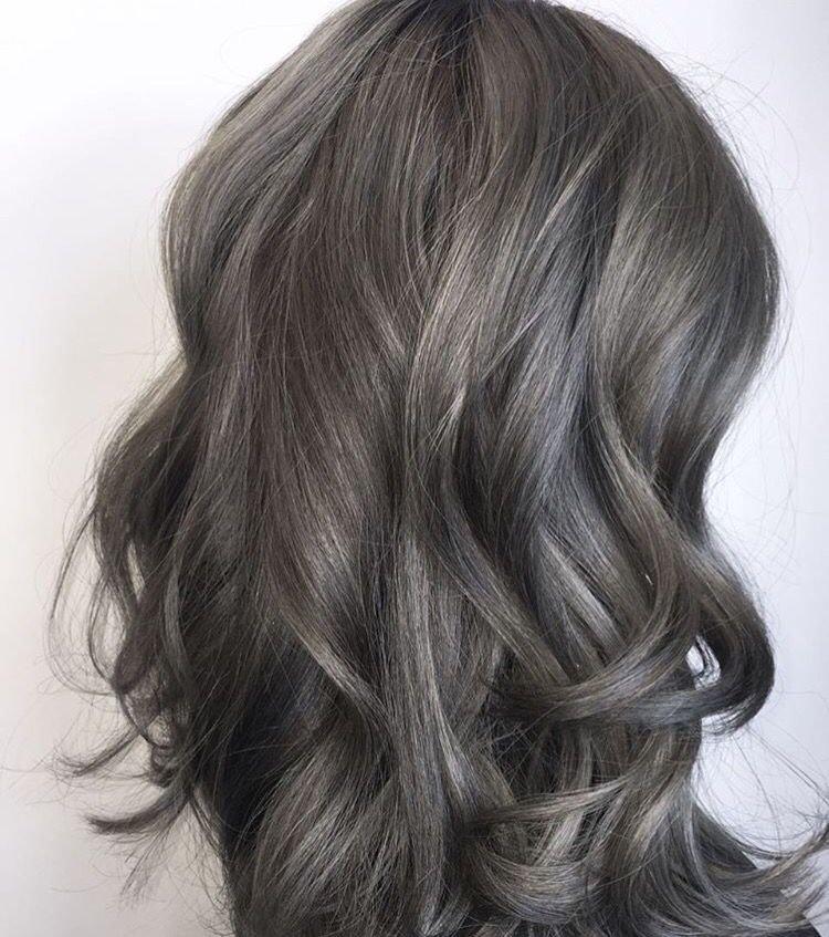 Полный балаяж на волосах средней длины.