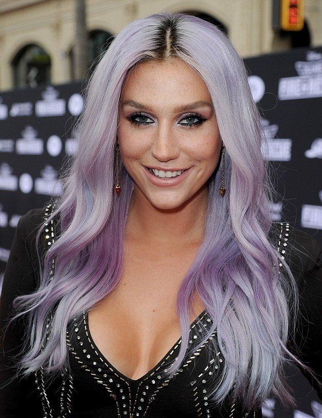 Кеша с фиолетовыми прядями