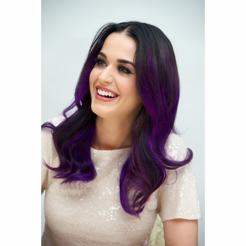 Кэти Пэрри с черно-фиолетовыми волосами