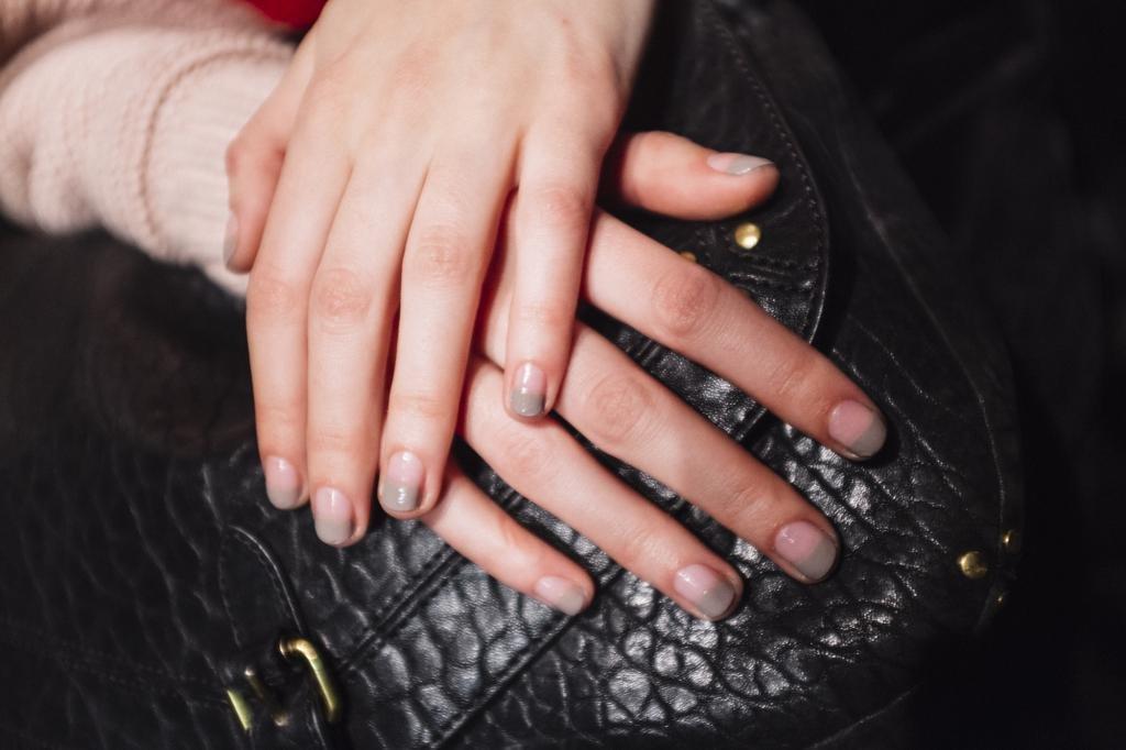 белый френч на круглых ногтях