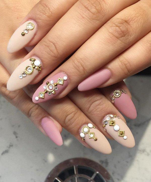 розовый маникюр со стразами на короткие ногти