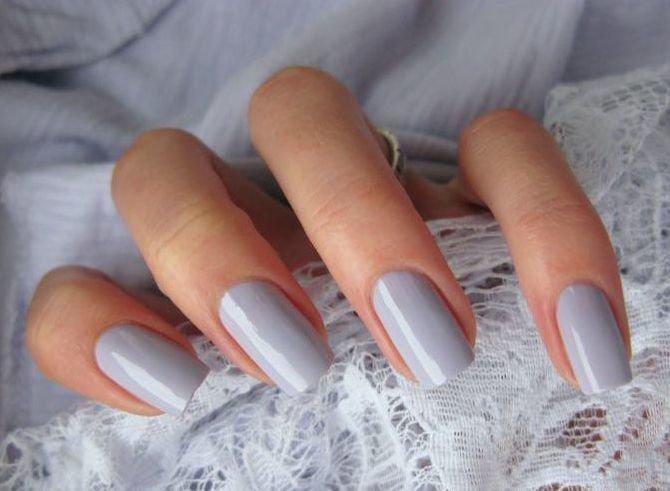 серый маникюр на ногтях