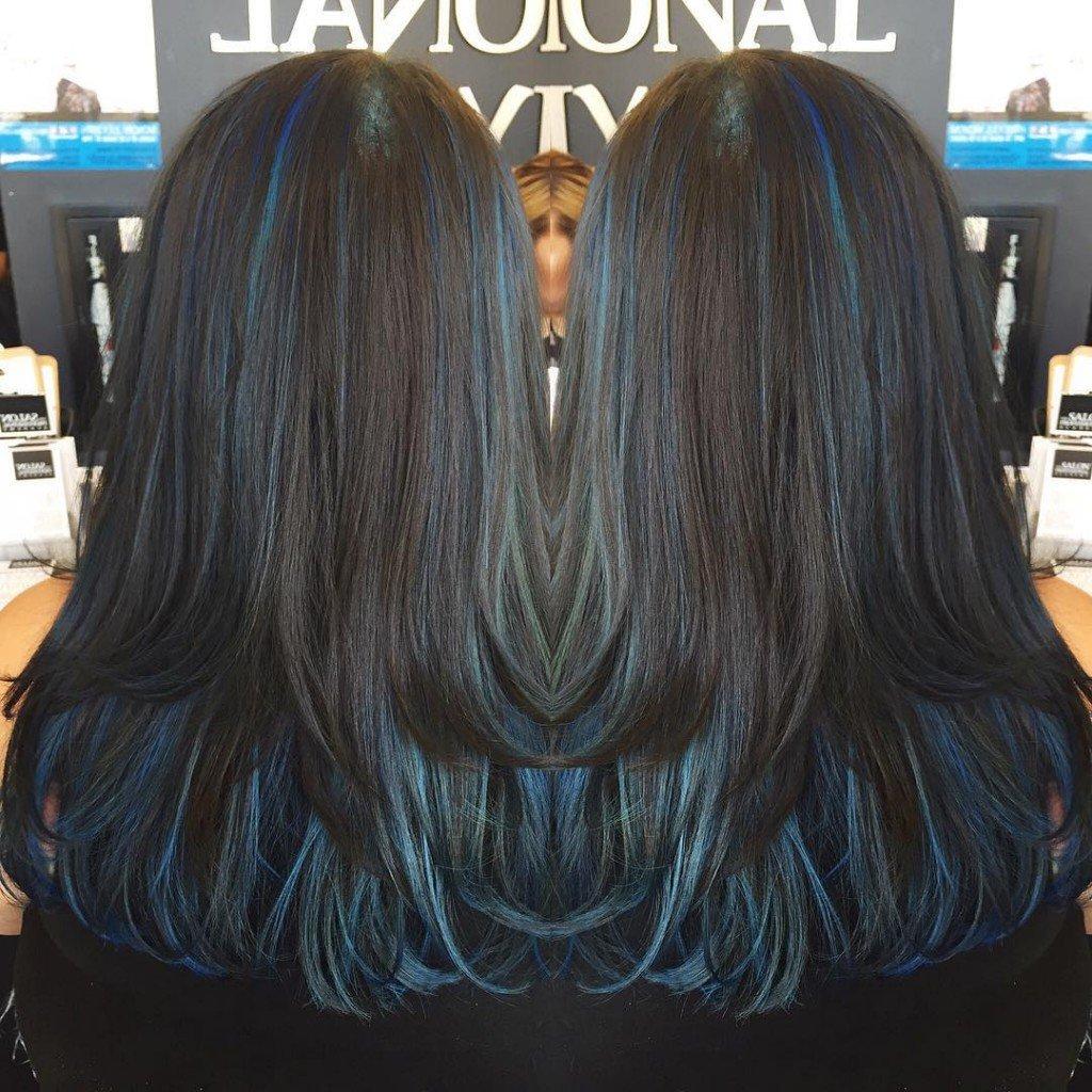 синие пряди на черных волосах