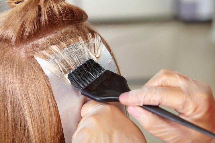 Одна из техник осветления волос.