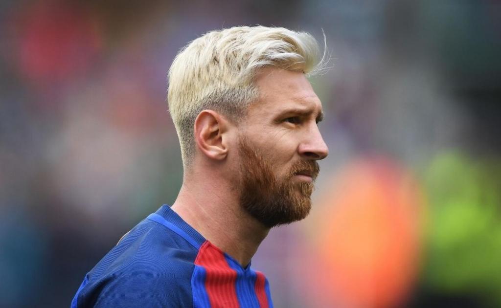 Футболист со светлыми волосами