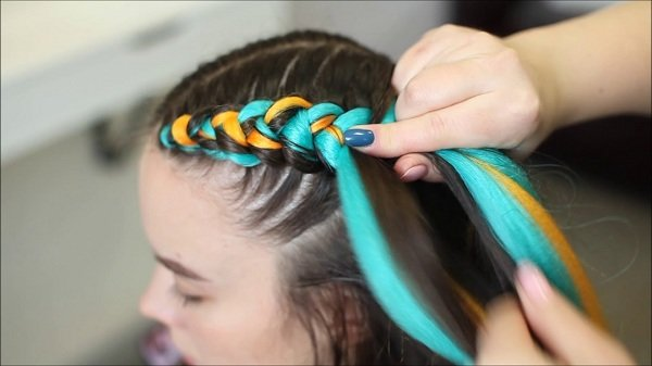 коса с цветной прядью