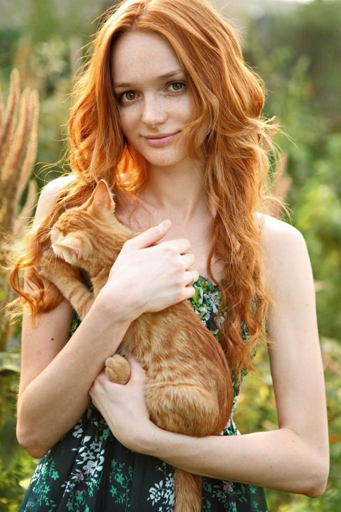 рыжая девушка с рыжим котом