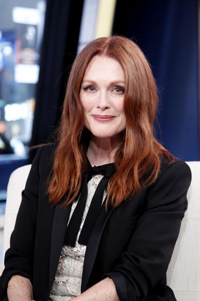 женщина с рыжими волосами в черном пиджаке