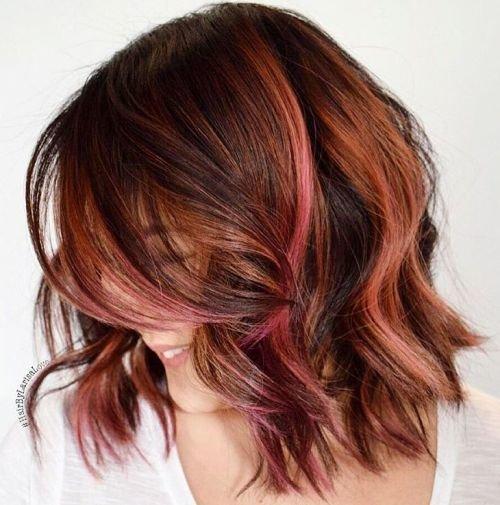 Яркие пряди на темных волосах