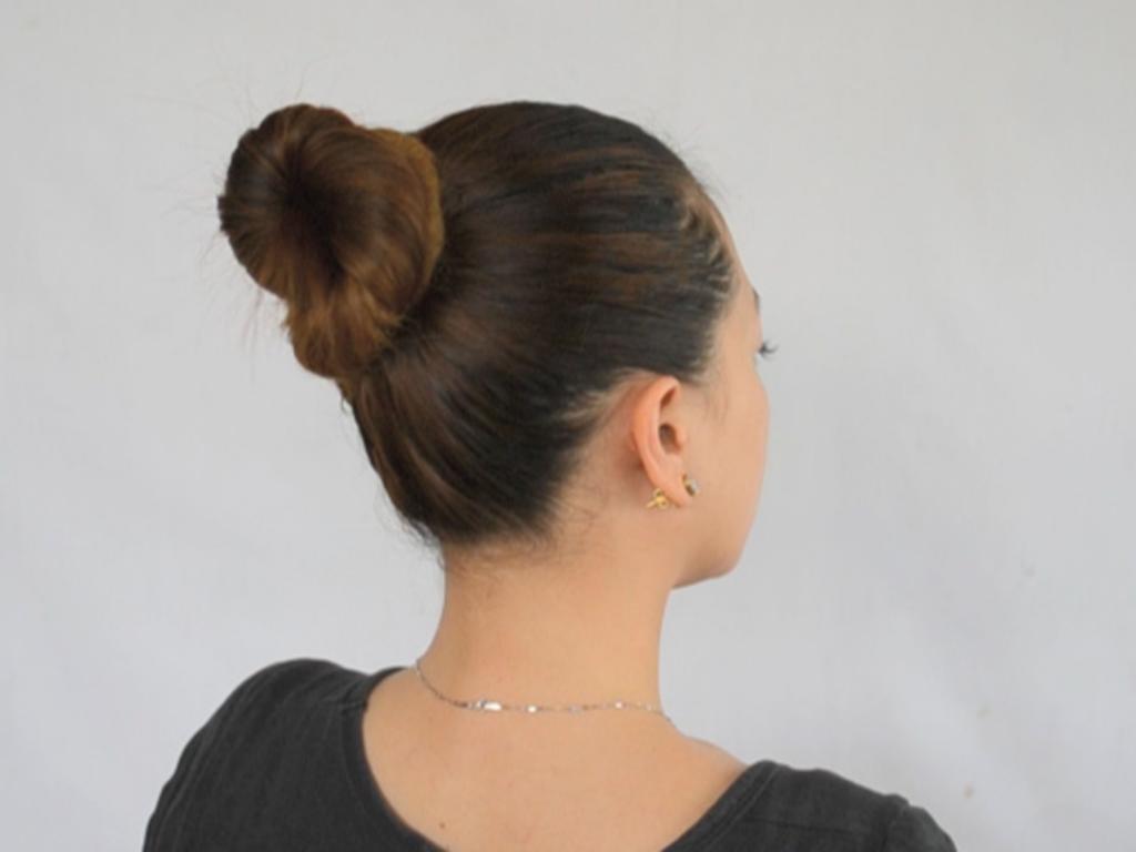 пучок на макушке на короткие волосы