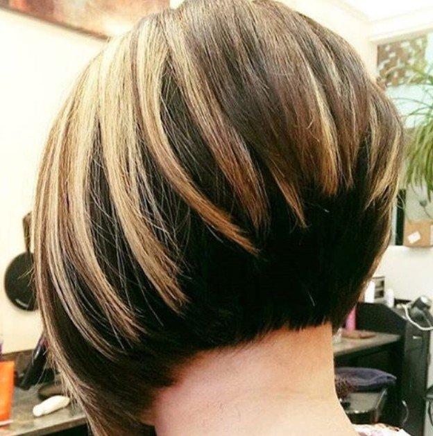 стрижка градуированная на средние волосы с челкой