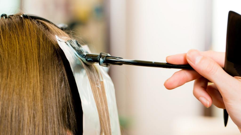 Процесс окрашивания волос краской