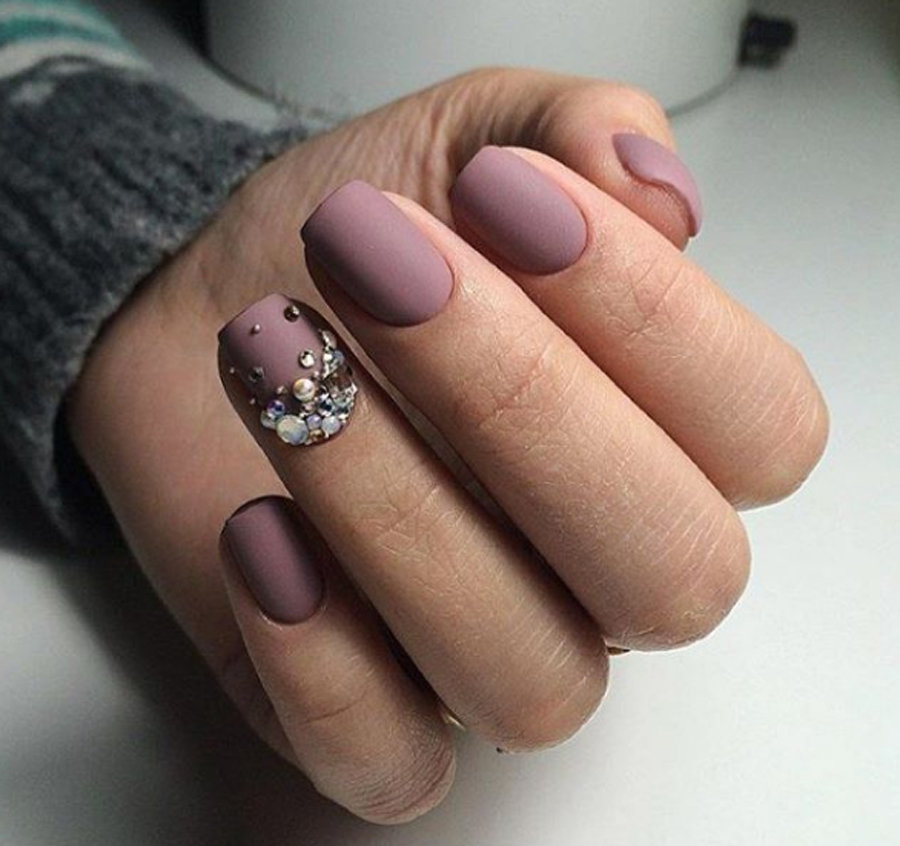 Ногти с камнями
