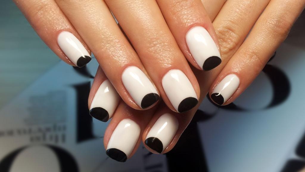 Черный лунный маникюр для коротких ногтей