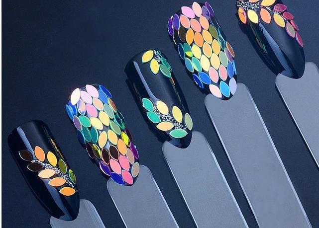 Разноцветные пайетки в форме листочков
