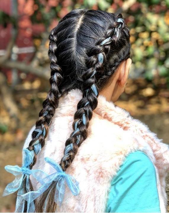 Бантики в косах.