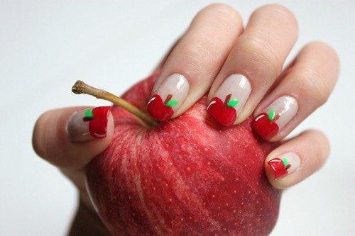 Маникюр с изображением яблока