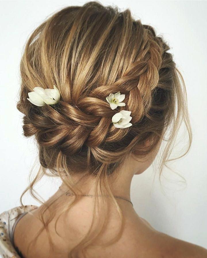 Прическа в греческом стиле с цветами