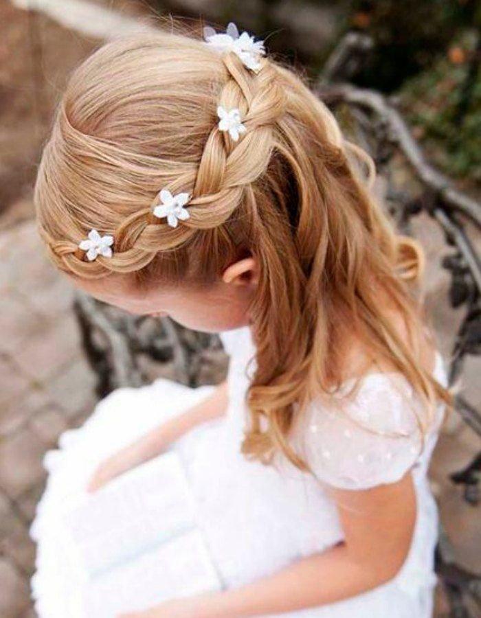 Легкие локоны, цветы и воздушная коса