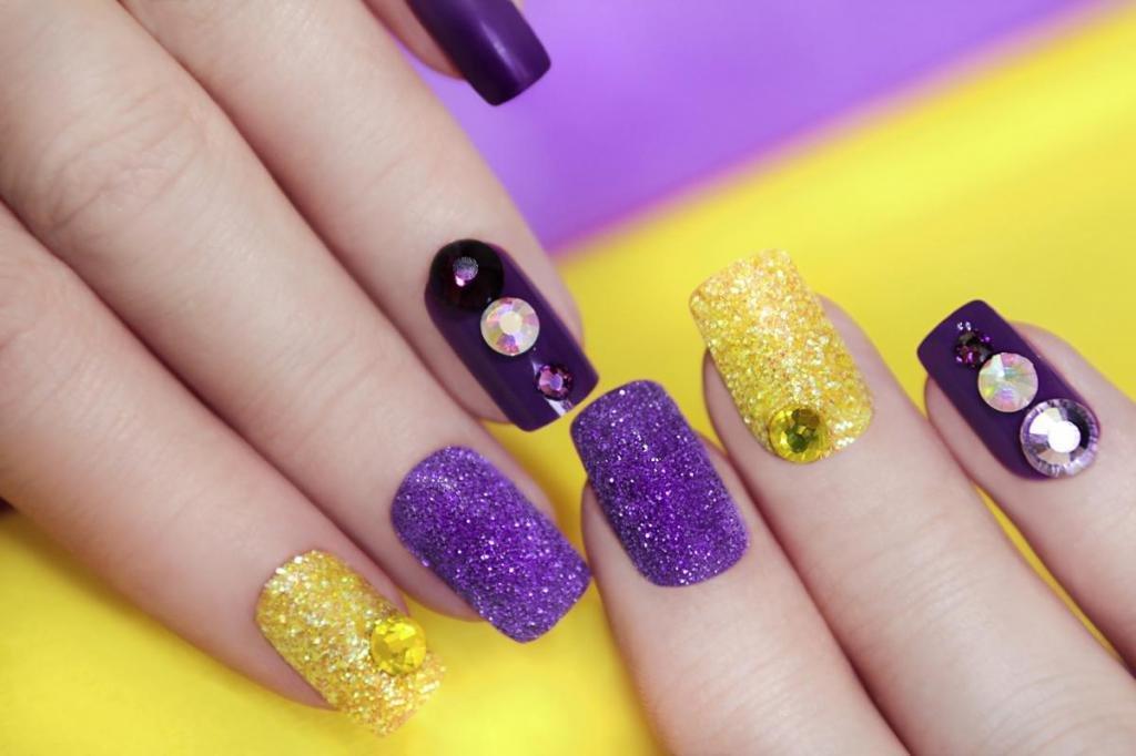 Ногти золотой и фиолетовый