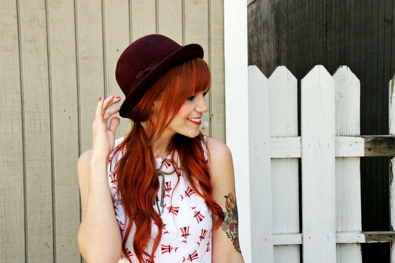 Девушка с красными волосами в шляпе