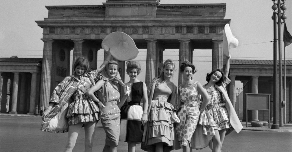 Стиляги 50-х годов на прогулке