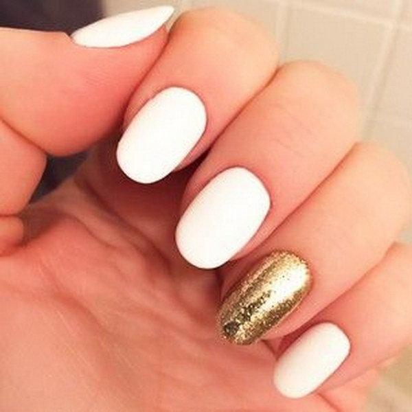 Белый цвет и золотые блестки