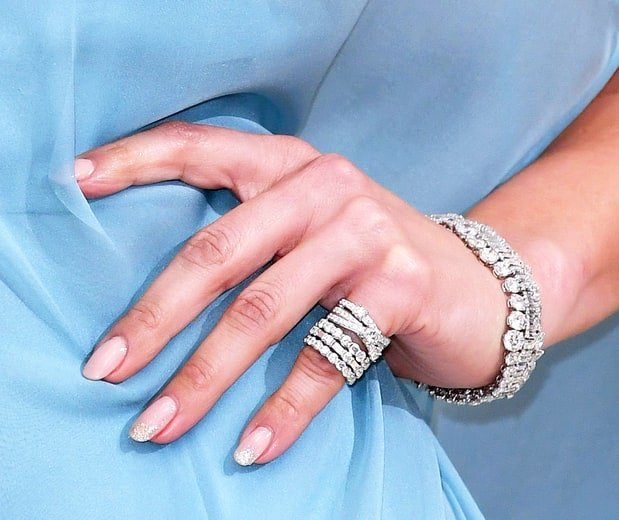 Ногти для голубого платья